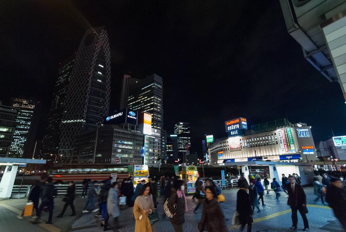 Vue sur la Mode Gakuen Cocoon tower depuis la gare JR de Shinjuku Ouest